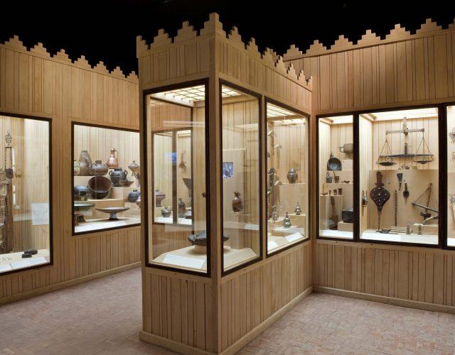 Les outils utilisés par les Amazighs comme les Fibules, les éléments de frontal, les marteaux a sucre, © Fondation Jardin Majorelle, Nicolas Mathéus